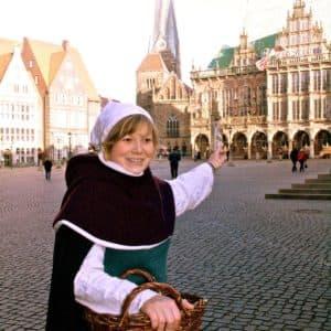Kostümierte Stadtführerin zeigt das mittelalterliche Bremen