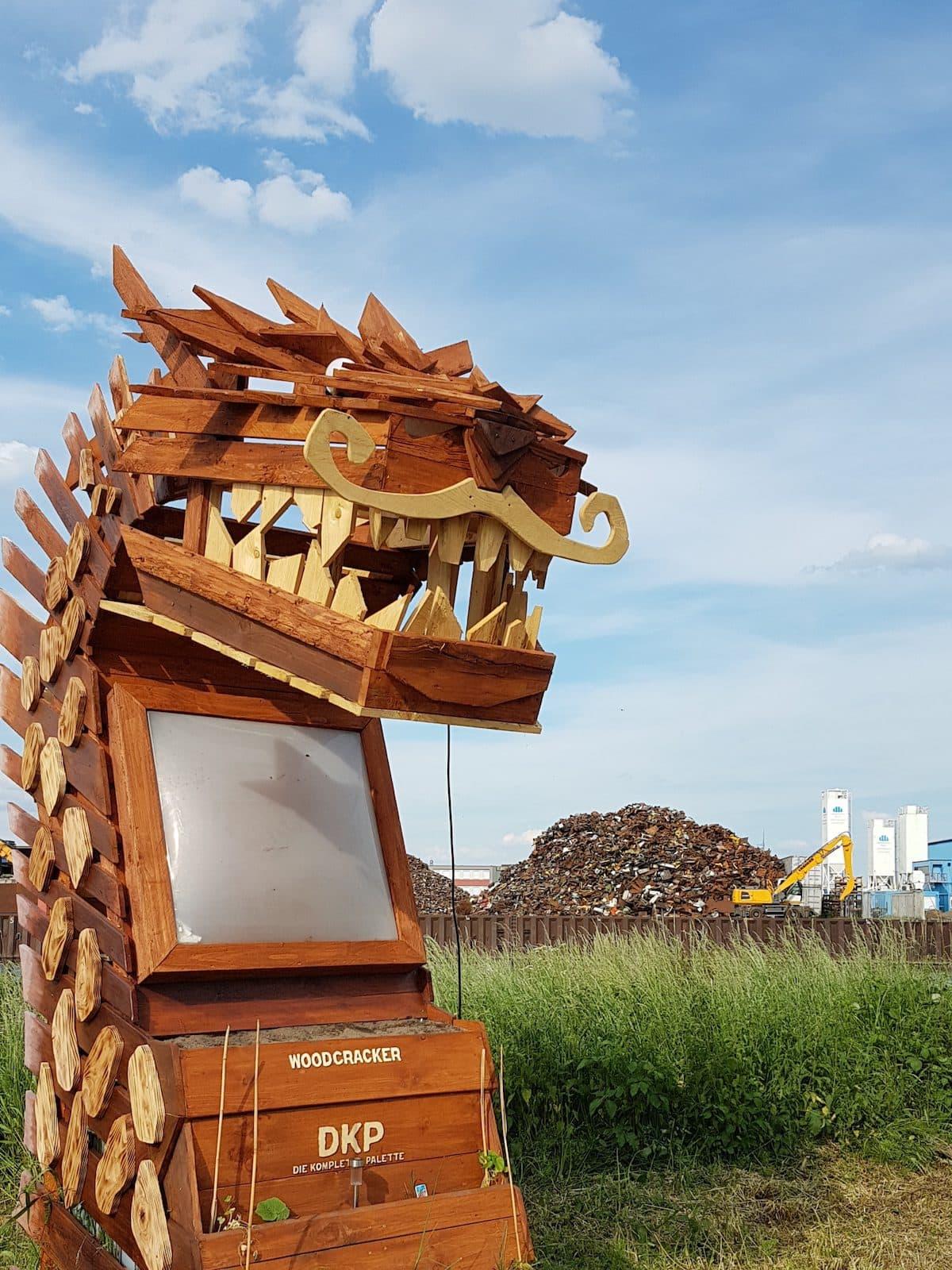 Drache aus Holz am Eingang zur Kompletten Palette in Bremen