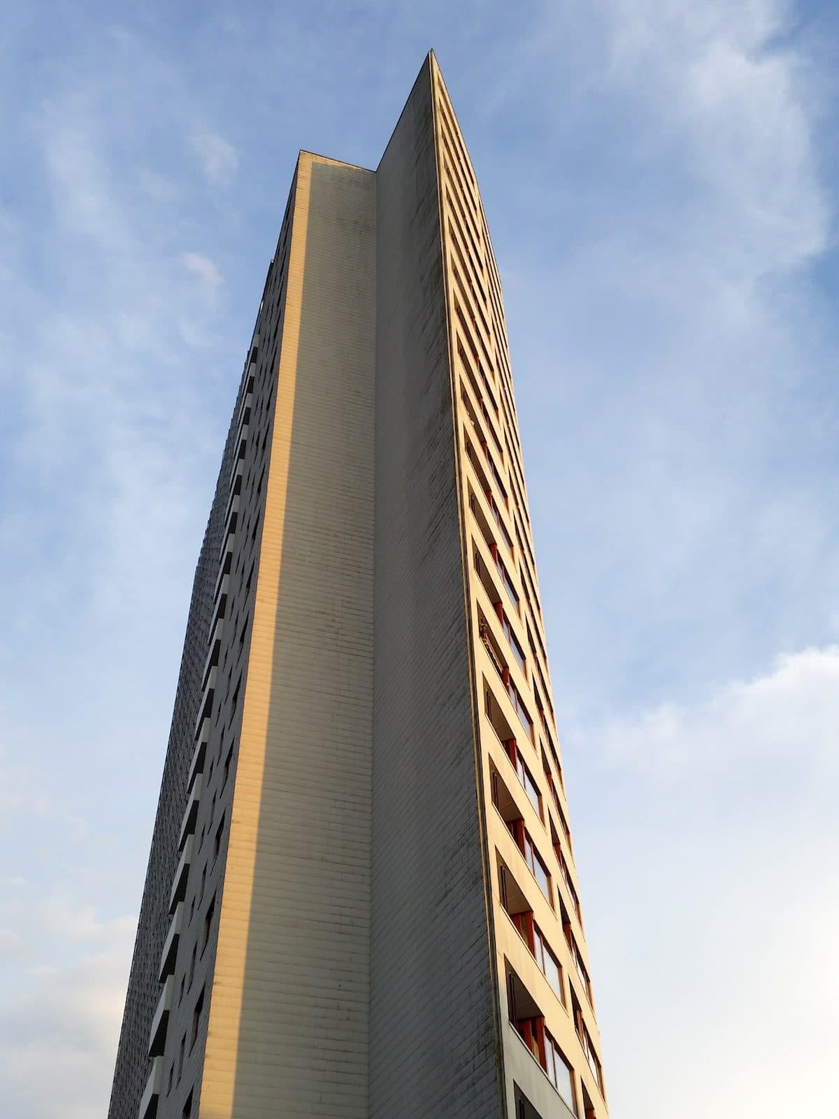 Das Aalto-Hochhaus hat große Fenster mach Westen und ist fast geschlossen nach Osten
