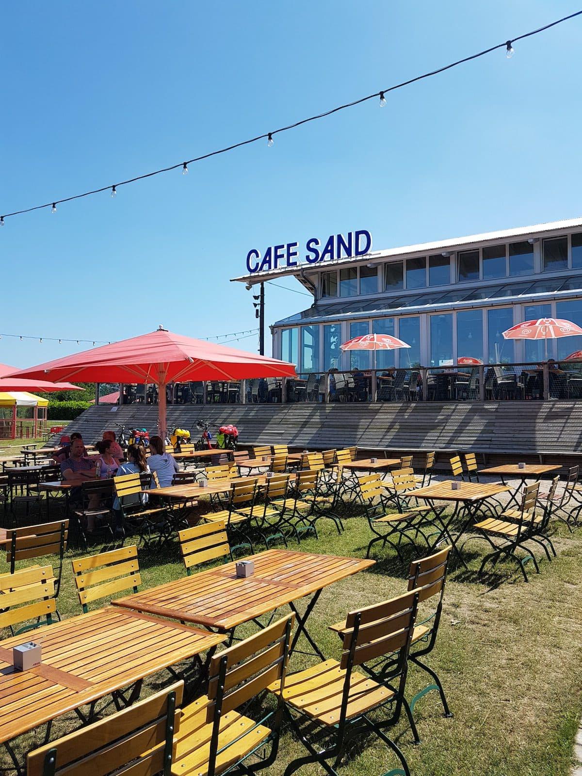 Die Terrasse mit vom Cafe Sand in Bremen - mit Biergartenstühlen und Sonnenschirmen