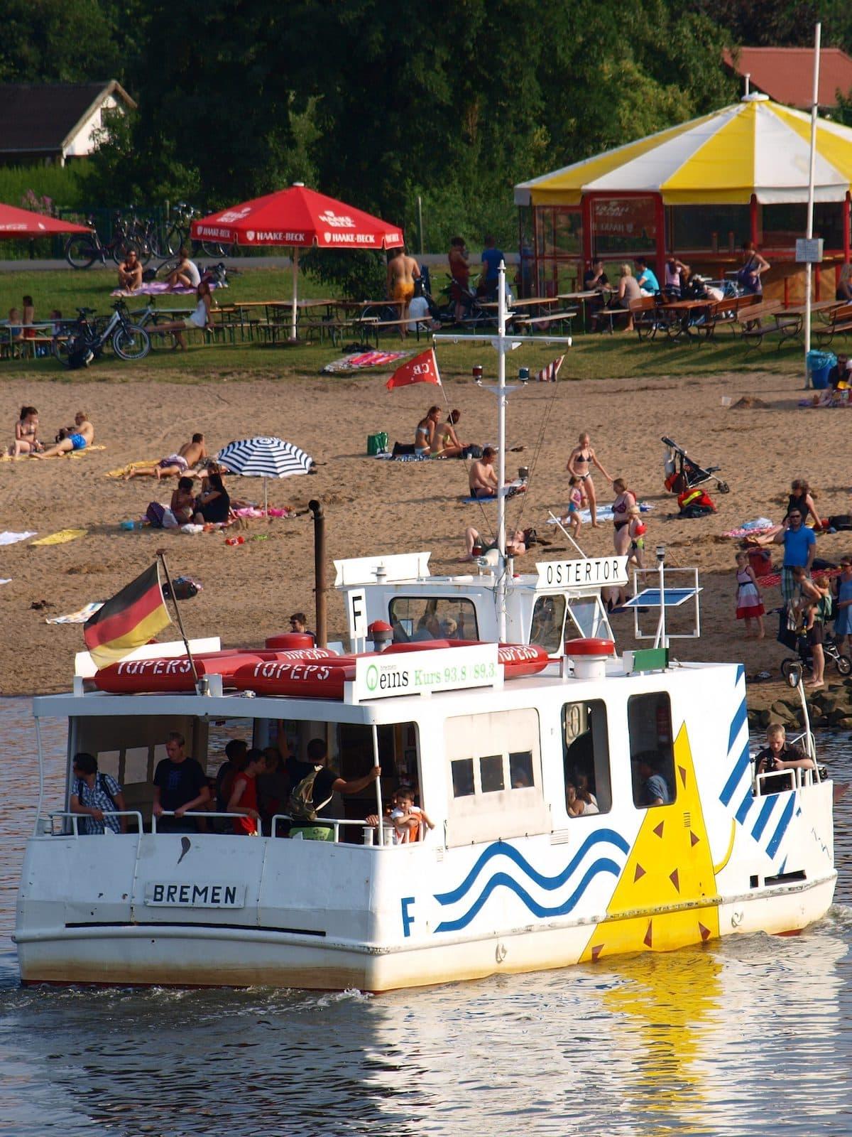 Die Sielwallfähre vor dem Strand vom Café Sand in Bremen
