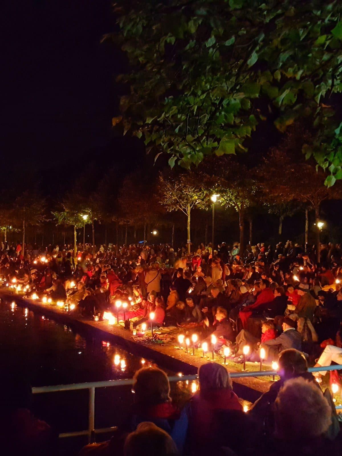 Fackelschein bei Musik und Licht am Hollersee