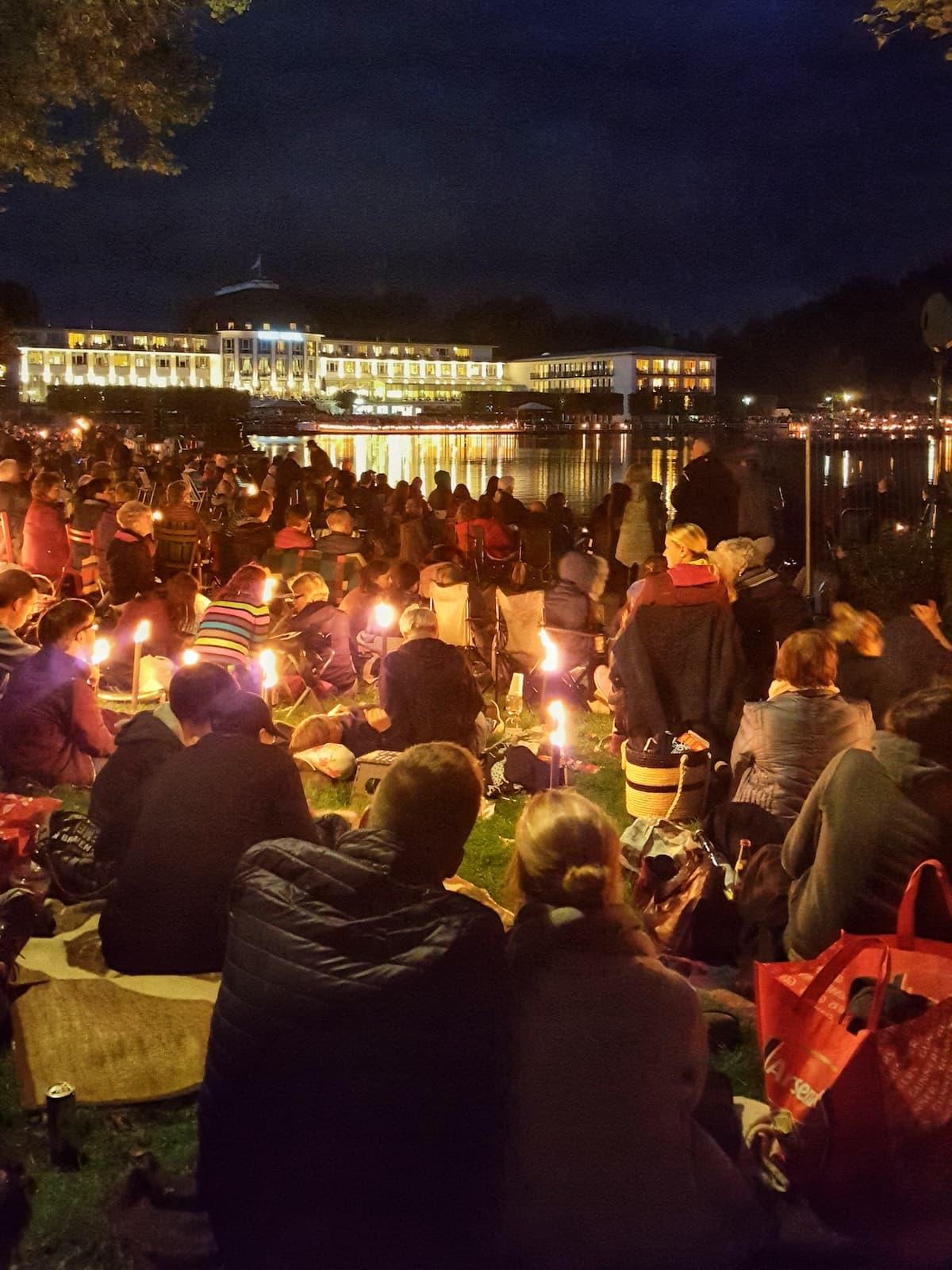 Musik und Licht am Hollersee: Picknick mit Blick aufs Park Hotel